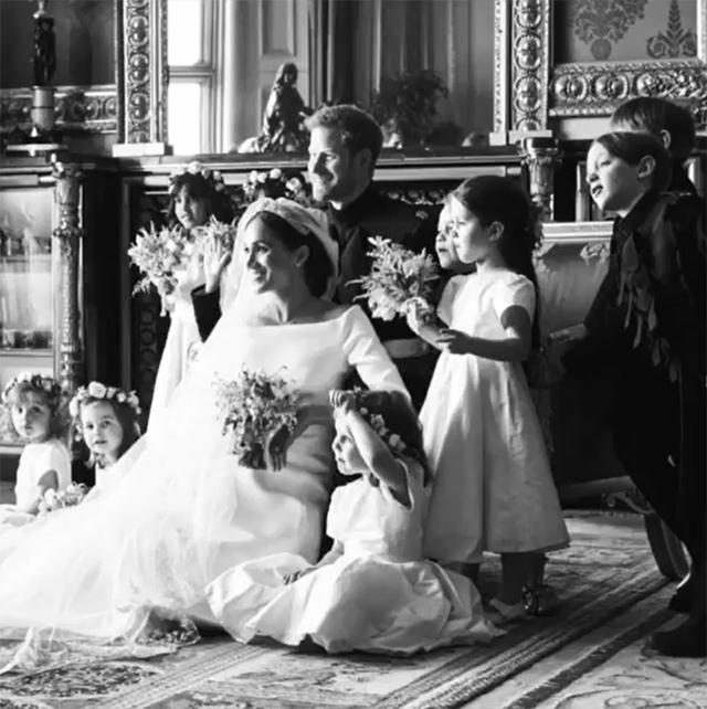 Meghan ed Harry circondati dai bambini dopo il 'sì'