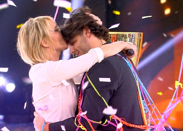Dopo l'annuncio Maria De Filippi bacia e abbraccia Alberto
