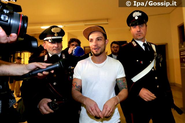 Marco Carta all'uscita del Tribunale di Milano dove è stato rinviato a giudizio per concorso in furto aggravato