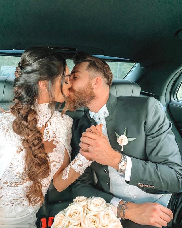 Lorella Boccia e Niccolò Presta si baciano subito dopo la cerimonia di nozze