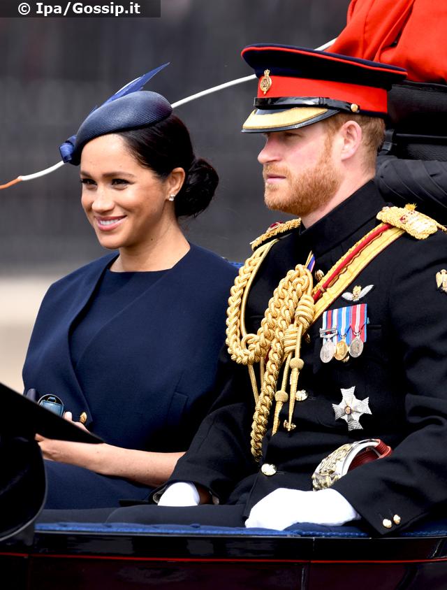 Meghan Markle e il Principe Harry salutano la folla