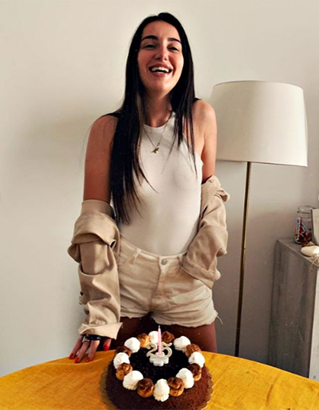 Adelaide De Martino davanti alla torta per i suoi 25 anni