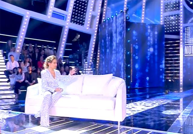Barbara D'Urso si siede sul divano e fa vedere dove sarebbe dovuta essere la Prati