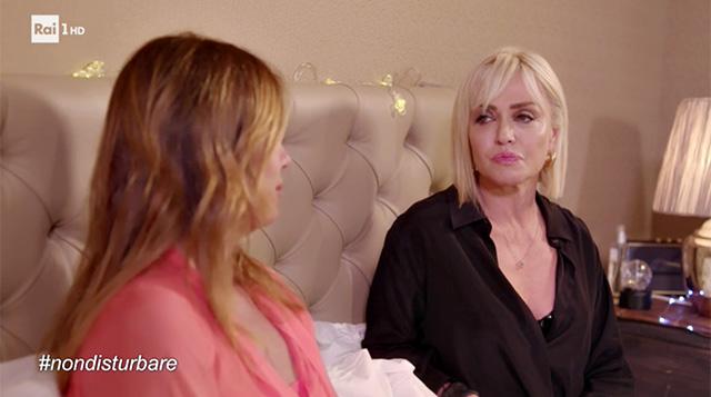 Paola Barale intervistata da Paola Perego a 'Non disturbare'