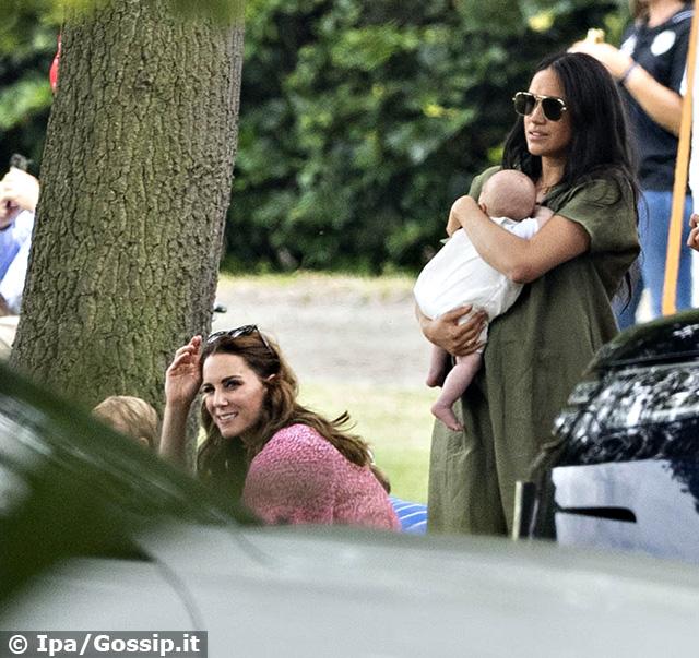 Meghan Markle tiene in braccio Archie, mentre Kate Middleton gioca con i figli
