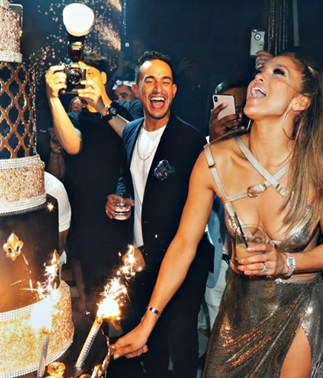 Jennifer Lopez taglia la torta da 10mila dollari del suo party di compleanno