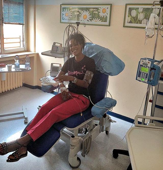 Georgette Polizzi durante la lunga seduta per combattere la sclerosi multipla
