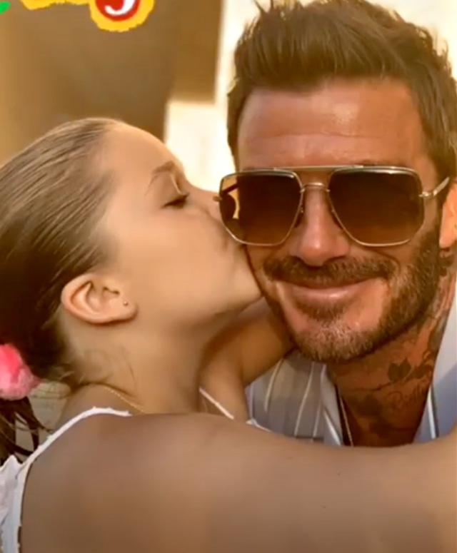 David Beckham, vacanza da sogno in Puglia: selfie in bici con Victoria