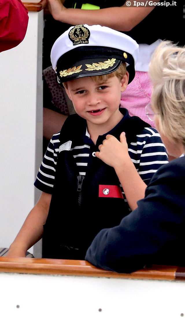 Il Principino George, 6 anni, ad un certo punto è comparso in pubblico con un simpatico cappello da capitano