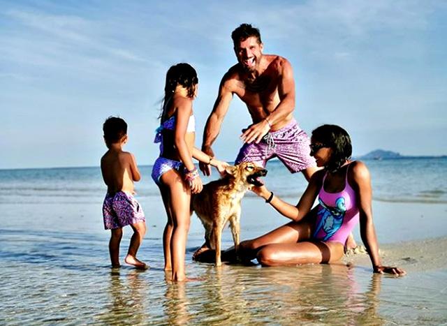Edoardo Stoppa, Juliana Moreira e i lor due figli Lua Sophie e Sol Gabriel giocano in acqua con un cane thailandese