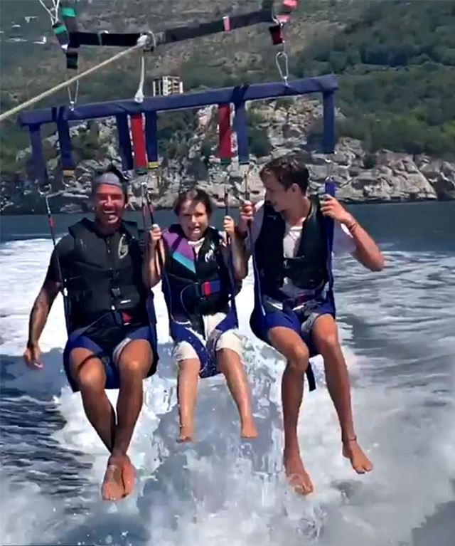 David fa parasail con Harper e Romeo