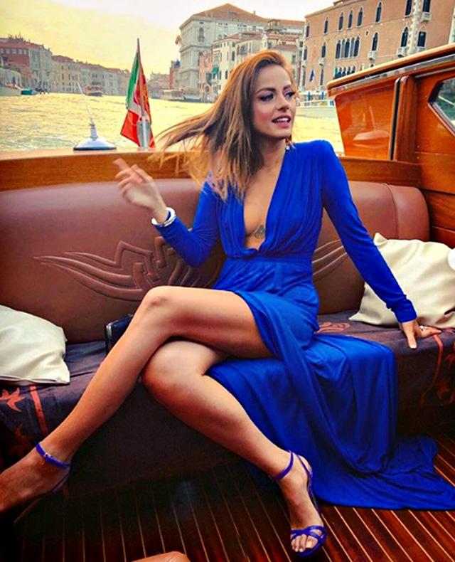 Annalisa Scarrone, 34, elegantissima in blu sul motoscafo a Venezia