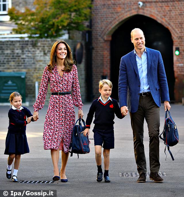La Principessa Charlotte arriva al suo primo giorno di scuola con mamma Kate, papà William e il fratello George