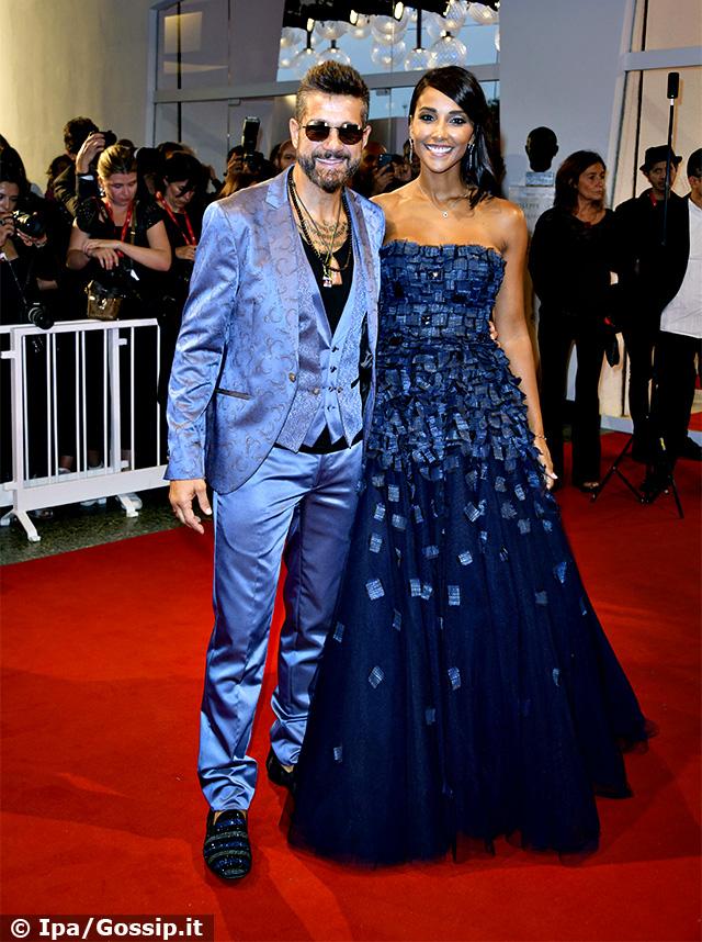 Edoardo Stoppa e Juliana Moreira con due look coordinati sulle tonalità del blu sul red carpet del Festival di Venezia
