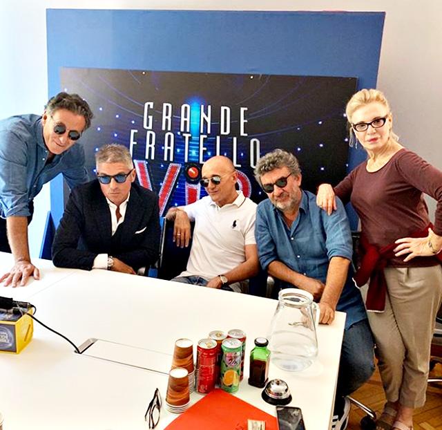 Alfonso Signorini a lavoro con alcuni dei suoi collaboratori, tra cui Giorgio Restelli, Fausti Enni e Irene Ghergo