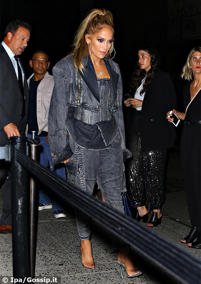 Jennifer Lopez, 50 anni splendidamente portati, con un look total jeans ad una proiezione speciale del suo nuovo film 'Hustlers' a New York