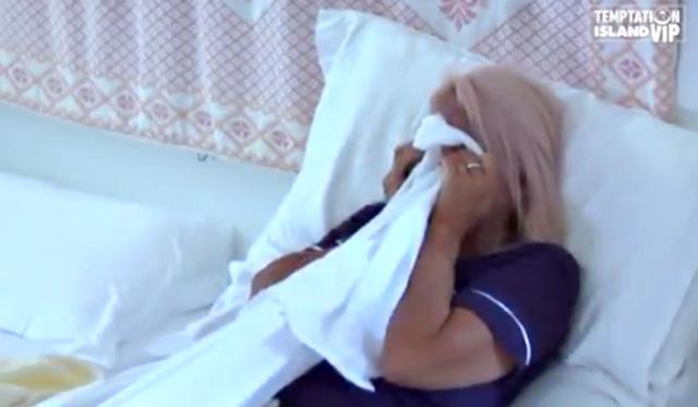 Anna Pettinelli si copre il viso con un lenzuolo per cercare di coprire le lacrime