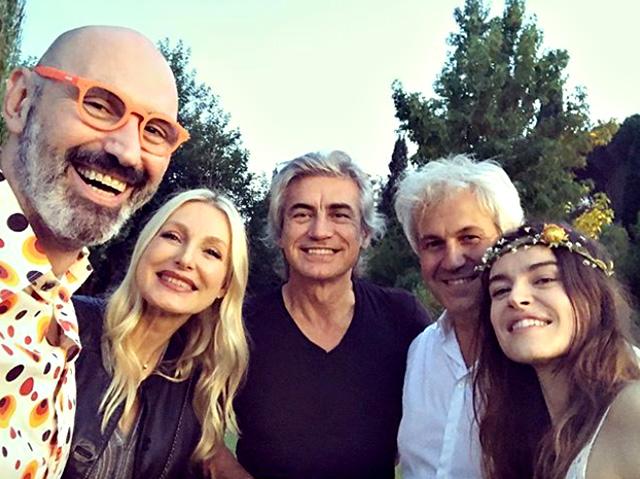 L'unica immagine circolata del matrimonio di Kasia Smutniak, 40 anni, e Domenico Procacci, 59 anni, che è si è svolto a sorpresa nel weekend a Formello