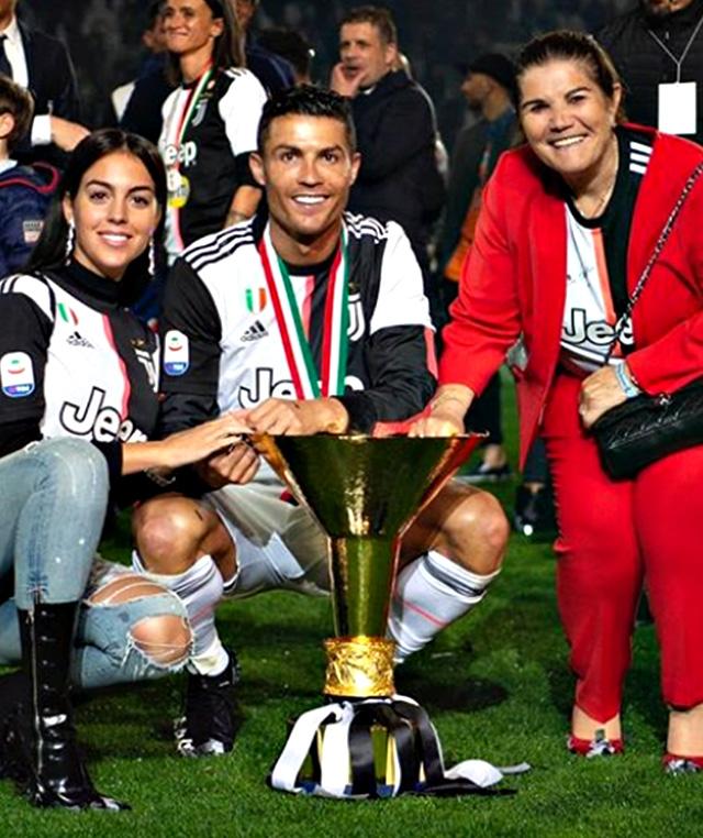 Cristiano Ronaldo, 34, con la compagna Georgina Rodriguez, 25, e sua mamma Maria Dolores Aveiro