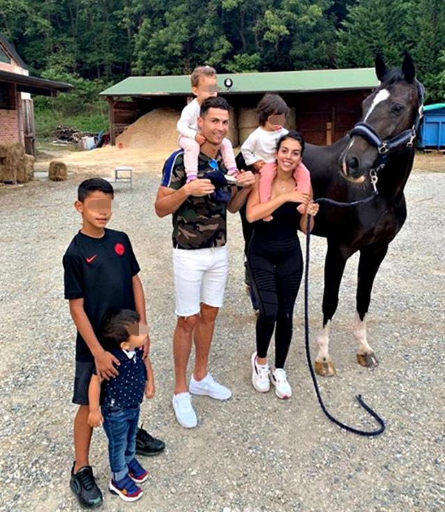 Cristiano con i suoi 4 figli e la compagna Georgina Rodriguez durante una giornata di relax