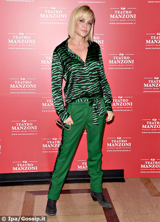 Paola Barale, total look verde con top animalier alla presentazine della stagione 2019/20 del Teatro Manzoni di Milano