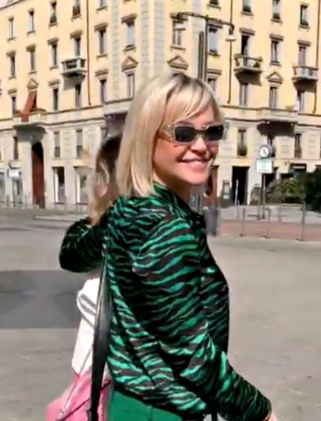 Paola Barale insieme all'amica e collega Paola Quattrini si dirige verso il Teatro Manzoni per la conferenza stampa