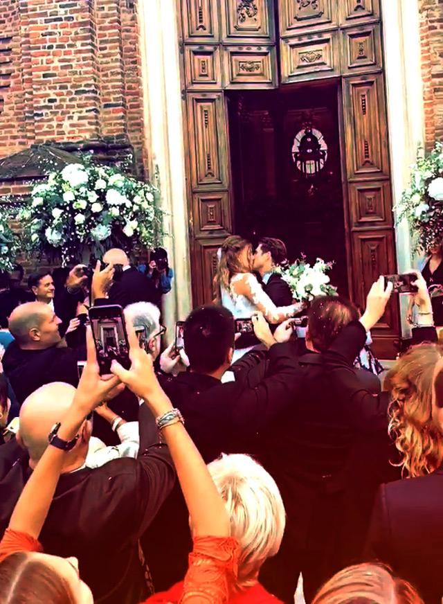 Cristina Chiabotto e Marco Roscio si scambiano un bacio dopo essersi sposati