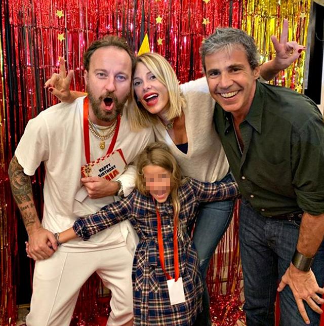 Alessia Marcuzzi, 46 anni, e Francesco Facchinetti, 39, festeggiano gli 8 anni della figlia Mia e c'è anche Paolo Calabresi Marconi, marito della conduttrice