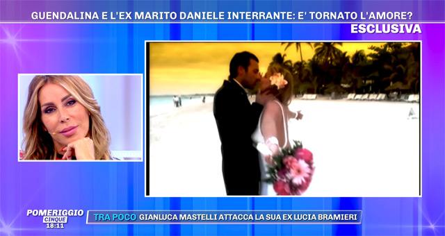 Guendalina Canessa osserva il filmato del suo matrimonio con Daniele Interrante