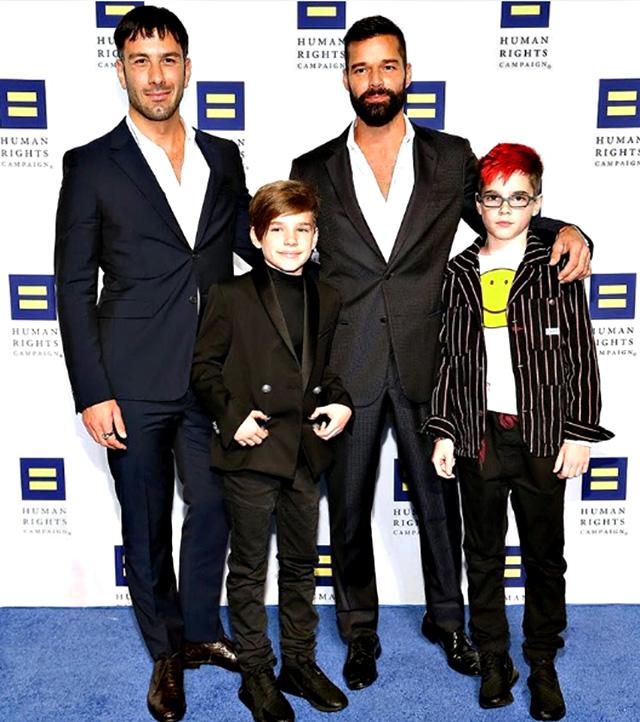 Ricky Maritn, 46 anni, sul red carpet insieme ai figli Valentino e Matteo, 11 anni, e al marito Jwan Yosef