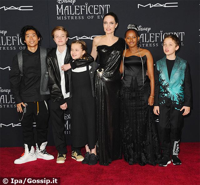 Da sinistra: Pax, 15 anni, Shiloh, 13, Vivienne, 11, Angelina Jolie, 44, Zahara, 14, e Knox, 11