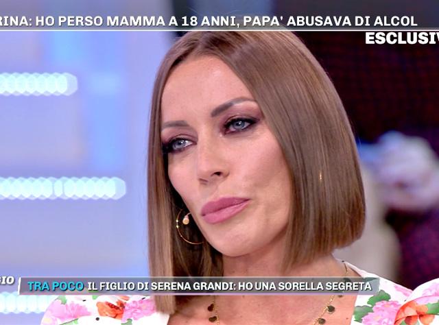 Karina Cascella a 'Pomeriggio Cinque' spiega che quando sua madre è morta, non aveva neanche i soldi per pagare il funerale