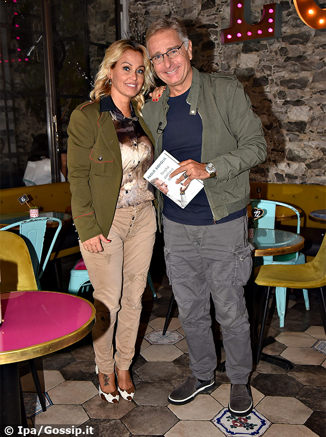Sonia Bruganelli, 45 anni, e Paolo Bonolis, 58, presentano il libro del conduttore a Roma