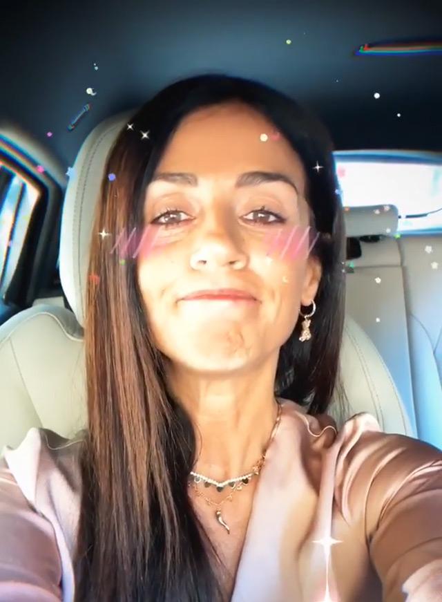 Raffaella Mennoia, 45 anni, nel video con cui ha fatto sapere che suo padre sta male