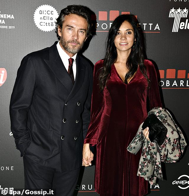 Alessio Boni, 53 anni, con la compagna Nina Verdelli, 18 meno di lui