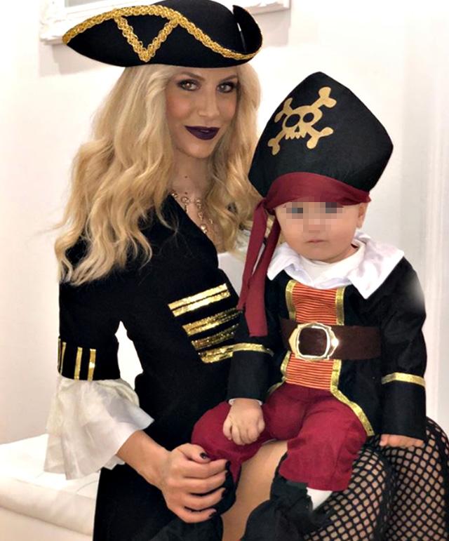 Paola Caruso, 34 anni, vestita da pirata per Halloween insieme al figlio Michelino