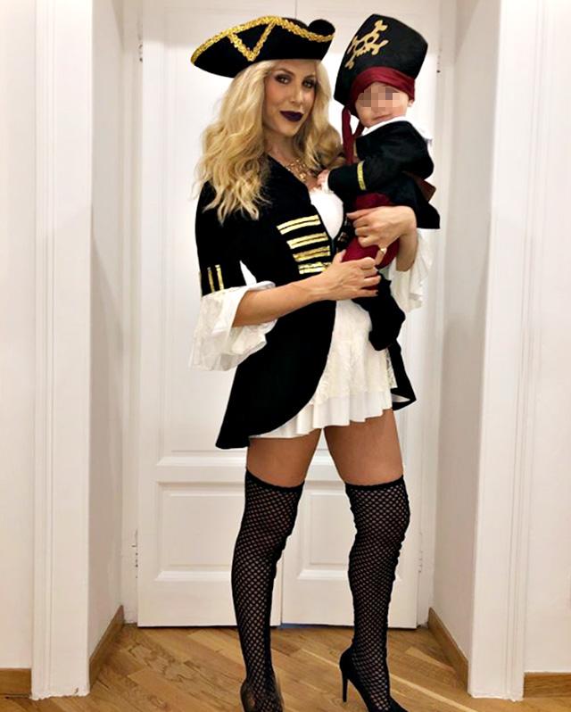 Paola Caruso 'piratessa' ad Halloween con il figlio Michelino, nato a marzo