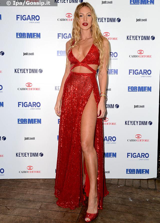 Taylor Mega alla presentazione del suo calendario per For Men in rosso