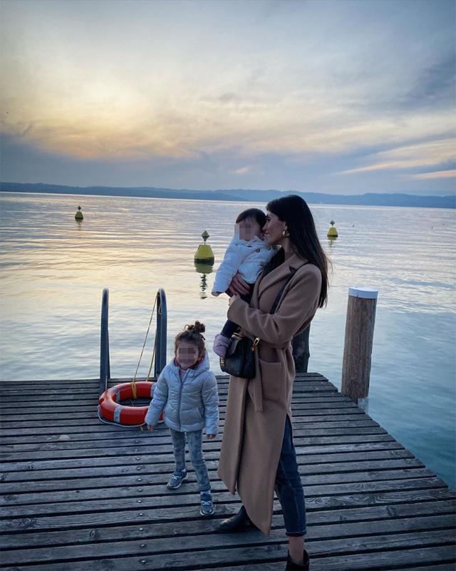 Federica Nargi a Sirmione, sul Lago di Garda, con le figlie