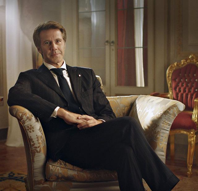 Emanuele Filiberto, 47 anni, vestito in modo molto elegante per fare l'annuncio