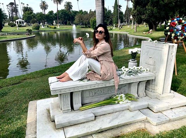 Romina Junior in posa sulla tomba del nonno: è polemica