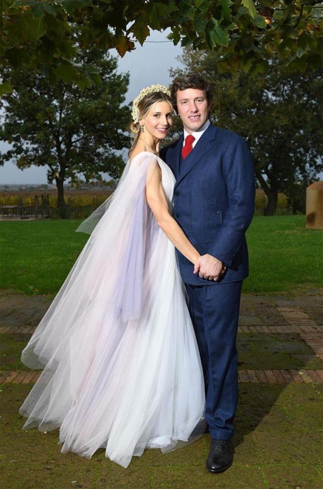 Nicoletta Romanoff, con abito di tulle Luisa Beccaria, posa con il neo marito Federico Alverà