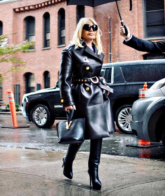 Donatella Versace, 64 anni, in total black per le vie di New York mentre va sul set per la nuova campagna pubblicitaria del brand di famiglia