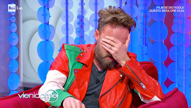 Francesco si porta le mani davanti al viso: il dolore è troppo forte