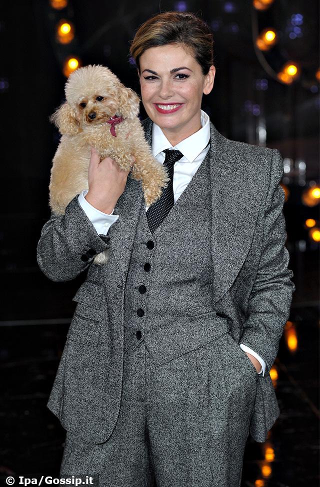 Vanessa Incontrada si mette in posa per le foto con la sua amata cagnolina Gina