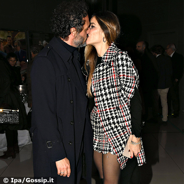 Eleonora Pedron e Fabio Troiano si baciano davanti ai fotografi