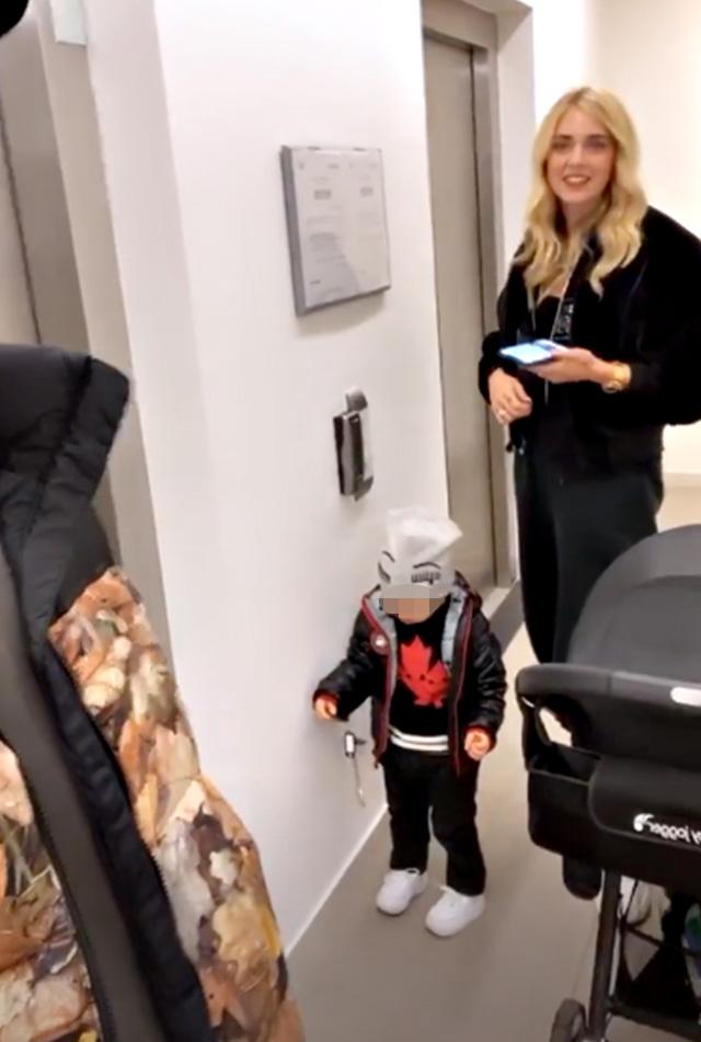 Chiara Ferragni con il piccolo Leone, pronti per una passeggiata