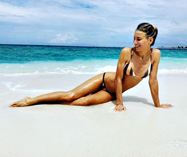 Un altro scatto di Nicoletta Romanoff come una 'siera' in riva al mare alle Maldive