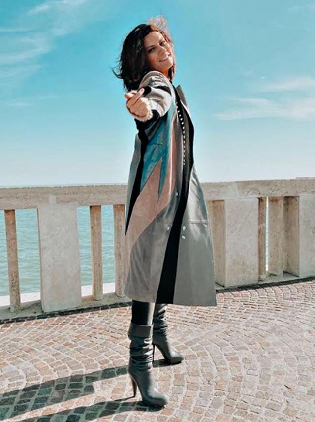 Laura Pausini, 45 anni, torna sul pontile di Ostia dove 26 anni fa girò il videoclip de 'La Solitudine': allora aveva appena 19 anni