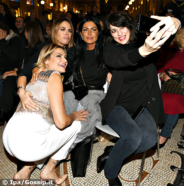 Simona Ventura si scatta un selfie con Paola Perego ed Elisa Isoardi